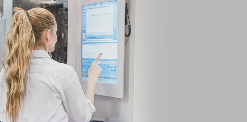 Kobieta pracująca przy panelu dotykowym